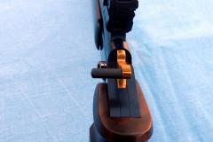 pohľad na zbraň zo zadnej časti